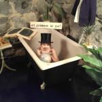 lille august i badet